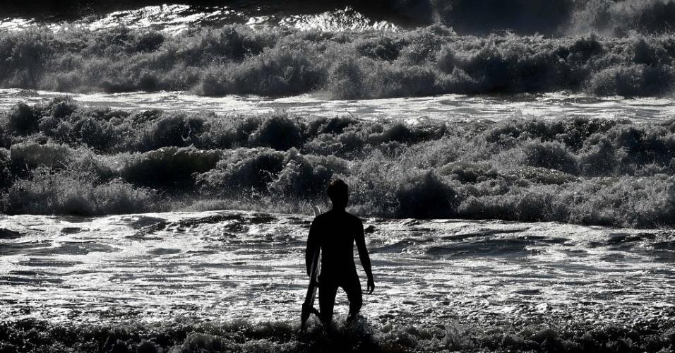 9.jan.2016 - Surfista entra na água da praia de El Porto, na Califórnia (EUA), onde o El Niño tem provocado a formação de grandes ondas