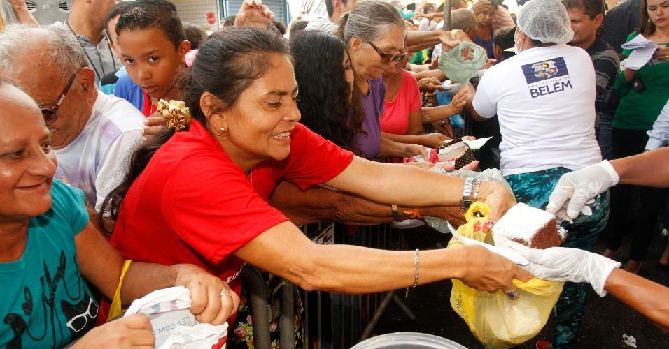 12.jan.2016 - A comemoração dos 400 anos da cidade de Belém contou com um bolo de 100 metros, que foi distribuído com a população. Na data especial, a capital do Pará ainda anunciou a revitalização do mercado Ver-o-Peso, um dos principais cartões postais da cidade