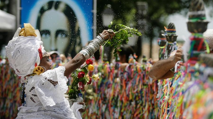 14.jan.2016 - Milhares de baianos e turistas participam da Lavagem do Bonfim, uma das maiores celebrações populares do país, que acontece em Salvador, Bahia.  - Raul Spinasse/ Agência A Tarde/ Estadão Conteúdo