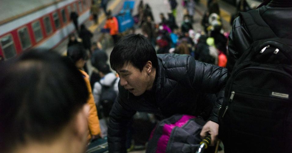 29.jan.2016 - Chineses embarcam em estação de Pequim para viagem de comemoração ao Ano Novo. No horóscopo chinês, será celebrado o ano do macaco.
