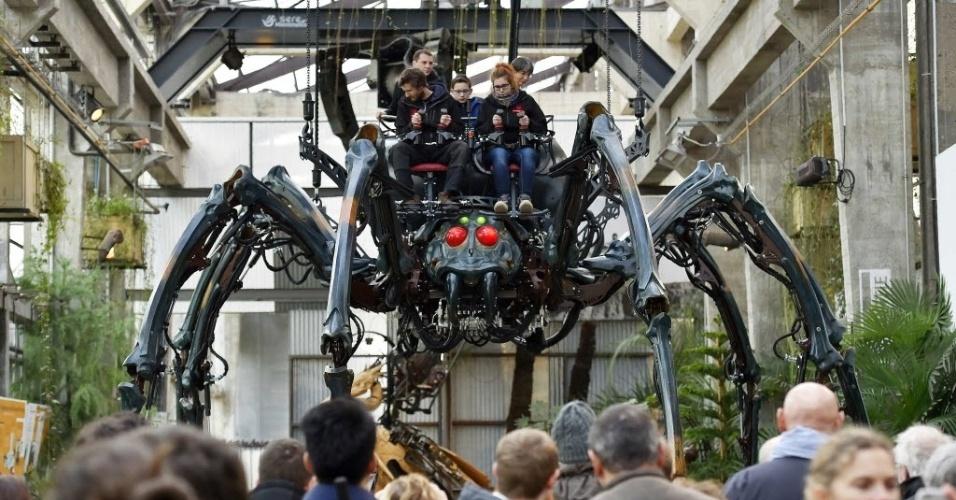 """6.fev.2016 - Visitantes observam uma aranha mecânica feita de madeira e aço, em Nantes, na França. O protótipo foi apresentado ao público como durante o """"Máquinas da Ilha de Nantes"""""""