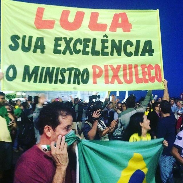 16.mar.2016 - Manifestantes erguem faixa durante protesto contra o governo Dilma Rousseff do lado de fora do Palácio do Planalto, em Brasília
