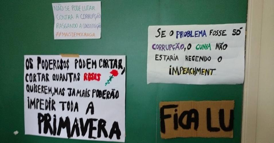 Cartazes de manifestação que defende professora hostilizada em redes sociais