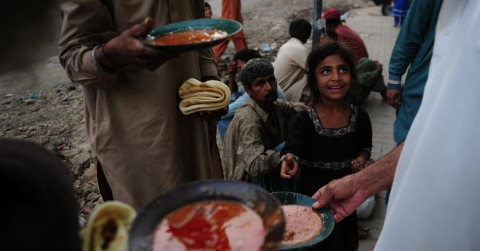 8.abr.2016 - Paquistaneses esperam em fila para receber comida doada por uma instituição de caridade em Carachi. Cerca de 60 milhões de pessoas vivem abaixo da linha da pobreza no Paquistão