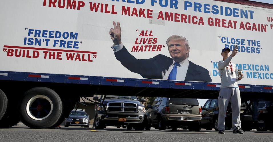 16.abr.2016 - Homem tira selfie em frente a caminhão com propaganda eleitoral do pré-candidato republicano à presidência dos Estados Unidos, Donald Trump, durante caravana de campanha em Sycacuse, Estado de Nova York