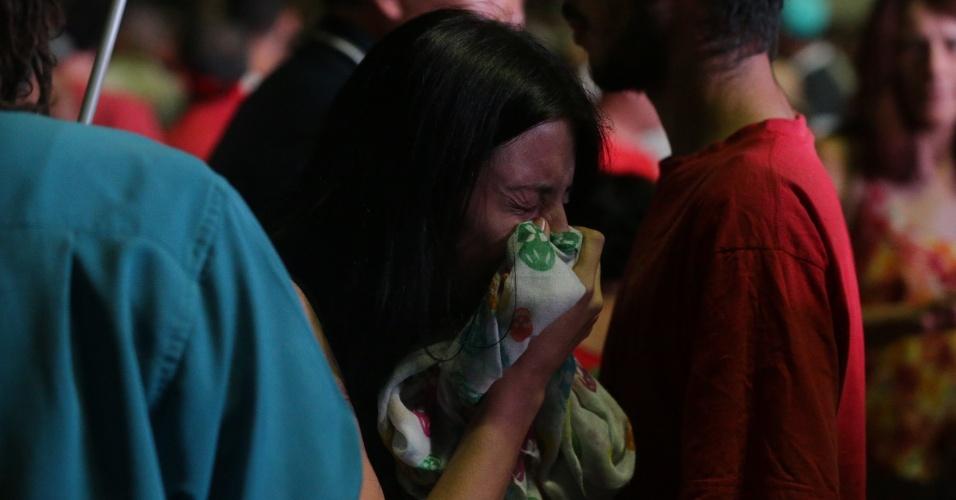 17.abr.2016 - Manifestante chora após resultado da votação da Câmara dos Deputados que aprovou a abertura do processo de impeachment da presidente Dilma Rousseff, no Vale do Anhangabaú, em São Paulo