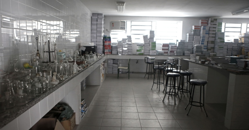 20.abr.2016 - Laboratório do Colégio Estadual Prefeito Mendes de Moraes permanece trancado. No local, estão livros didáticos que deveriam ter sido distribuídos para os alunos