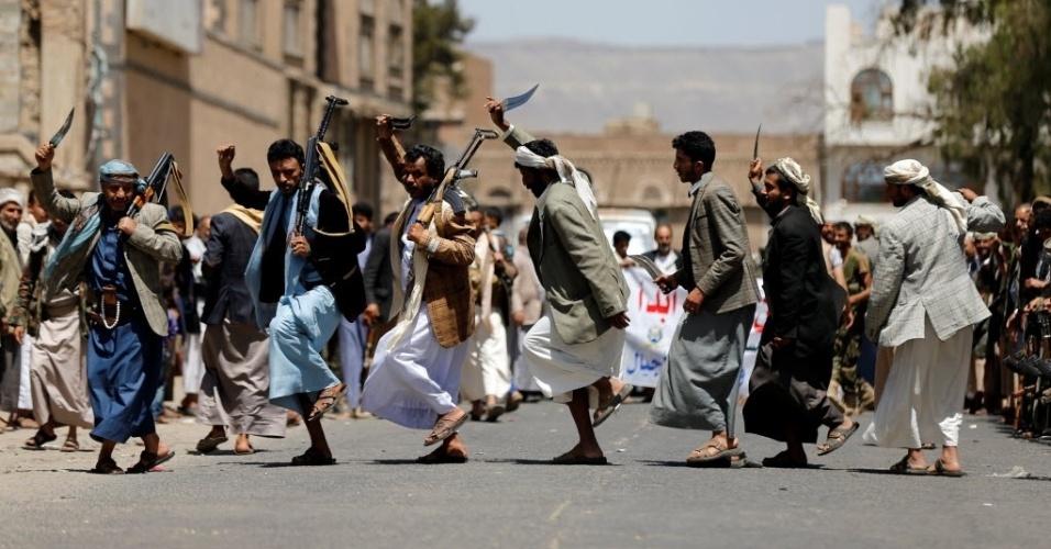 """19.mai.2016 - Integrantes do grupo político armado Houthi carregam armas enquanto realizam a dança tradicional """"baraa"""" em Sanaa, no Iêmen"""