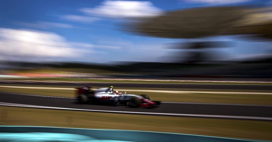 30.set.2016 - Piloto mexicano Esteban Gutiérrez da equipe Haas de Formula 1 (Haas) dirige seu carro durante sessão de treinos livres para o Grande Prêmio da Malásia, em Sepang (Malásia)