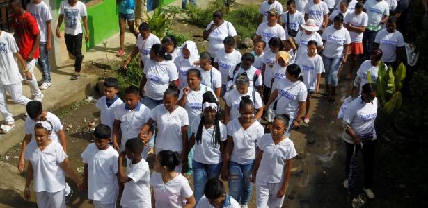 Familiares das vítimas do massacre de La Chinita caminham antes de reunião com líderes das Farc em Apartadó, na Colômbia