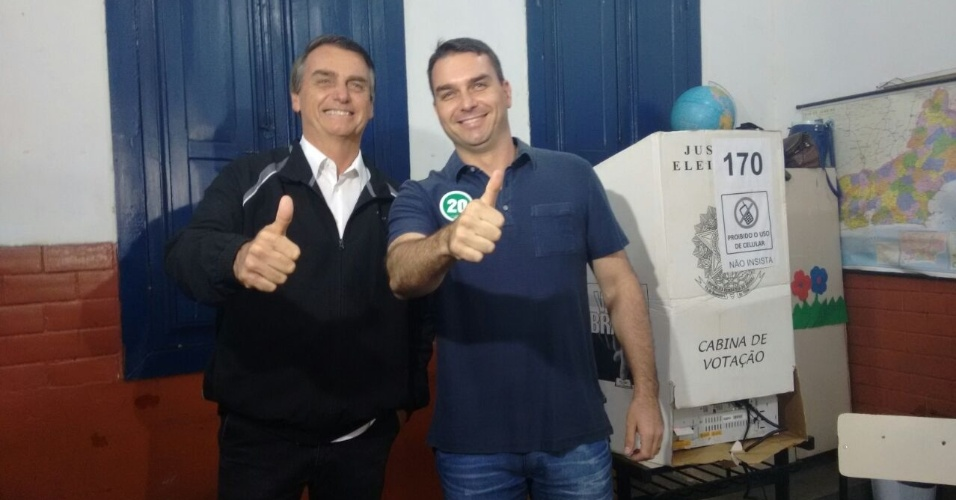 2.out.2016 - O candidato à prefeito Flávio Bolsonaro (PSC) votou acompanhado do pai, o deputado federal Jair Bolsonaro, em escola na Tijuca, zona norte do Rio de Janeiro