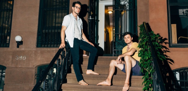 Ben Moss e seu colega de quarto Lucas Whitehead (dir.) na entrada do prédio onde moram, no Brooklyn, Nova York