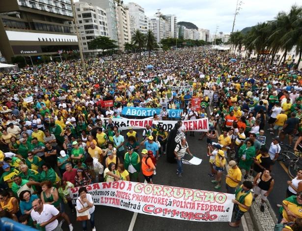 Manifestantes se reúnem na orla de Copacabana, no Rio, para protestar contra corrupção