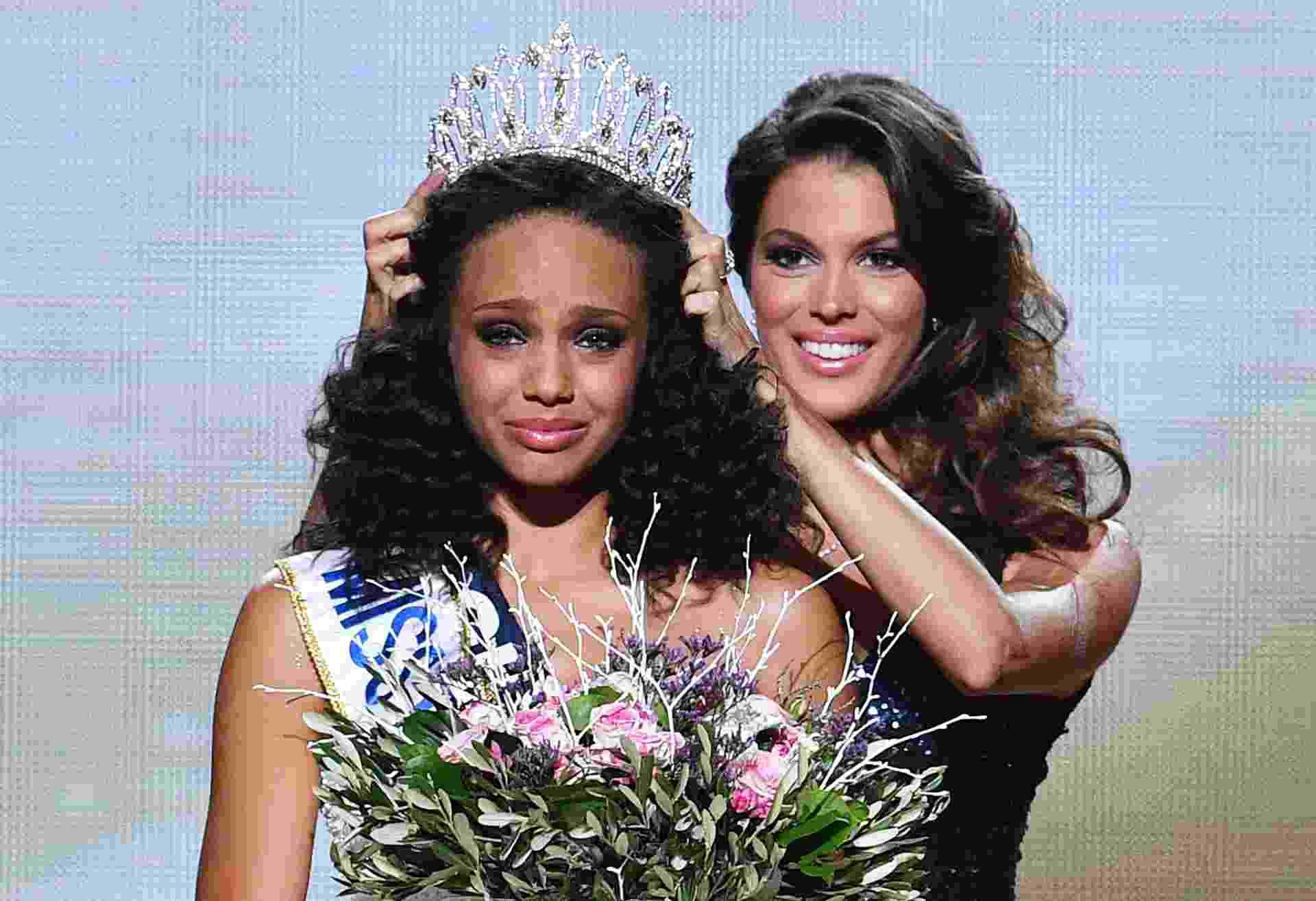 17.dez.2016 - Pela primeira vez na história do concurso, uma representante da Guiana Francesa foi coroada Miss França. Alicia Ayles, de 18 anos de idade, foi eleita na noite de sábado (17), em Montpellier. A jovem é estudante de direito e tem 1,78m de altura. O concurso contou com 30 candidatas - Pascal Guyot/ AFP