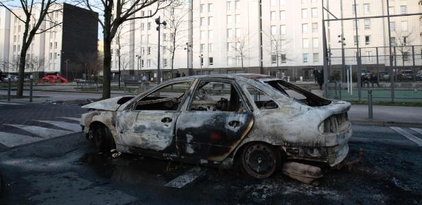Carcaça de carro queimado em Aulnay-sous-Bois, no norte de Paris (França)