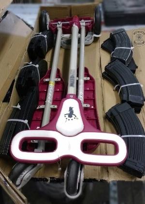 Carregadores de fuzil estavam escondidos com peças de carrinho de bebê