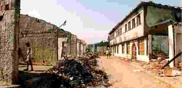 Destroços de bazar em Gjakova, Kosovo, em foto tirada em 1999, após a guerra - Ideal Hoxha/ Arquivo pessoal