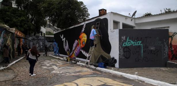 29.abr.2017 - Grafiteiro pinta muro de casa localizada no Beco do Batman, na Vila Madalena, em São Paulo