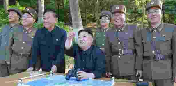 """22.mai.2017 - O ditador norte-coreano Kim Jong-un (segurando binóculos) inspeciona o teste com o míssil Pukguksong-2; ao lado de Kim está posicionado o grupo de militares conhecido como """"quarteto dos mísseis"""": Kim Jong-sik (2º à esq.), Ri Pyong-chol (3º à esq.), Jon Il-ho (2º à dir.) e Jang Chang-ha (1º à dir.) - KCNA via Reuters"""