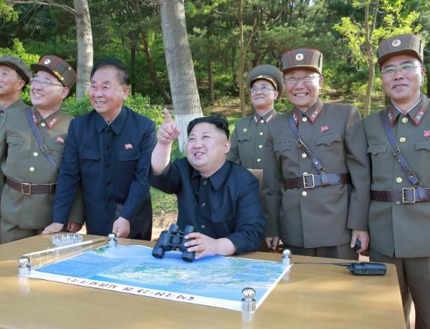 O ditador norte-coreano Kim Jong-un (segurando binóculos) inspeciona o teste com o míssil Pukguksong-2