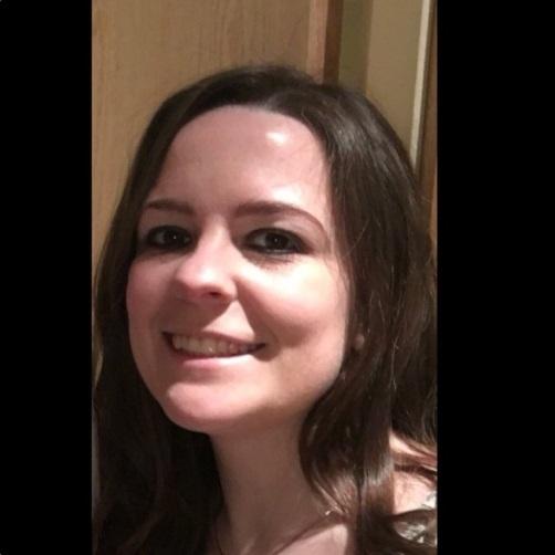 Kelly Brewster, 32 anos, havia ido ao show com sua irmã Claire e sua sobrinha, que ficaram feridas e ainda estão no hospital. O seu tio, Paul Dryhurst, disse que Kelly usou o seu corpo como escudo para proteger sua irmã e sobrinha do impacto da bomba