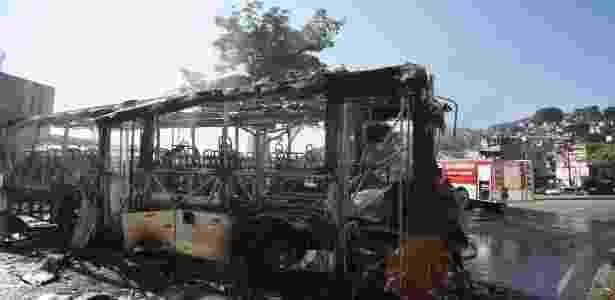 Ônibus queimado incendiado Mangueira (Rio) - Alexandre Cassiano/Agência O Globo - Alexandre Cassiano/Agência O Globo