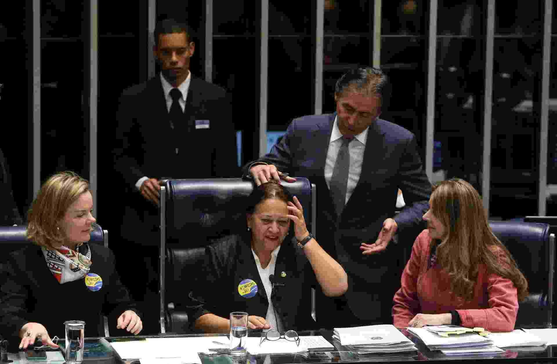 11.jul.2017 - O presidente do Senado, Eunício Oliveira (PMDB-CE), suspendeu a sessão de votação da reforma trabalhista depois de as senadoras Gleisi Hoffmann (PT-PR), Fátima Bezerra (PT-RN) e Vanessa Grazziotin (PCdoB-AM) terem ocupado a mesa do plenário - André Dusek/Estadão Conteúdo