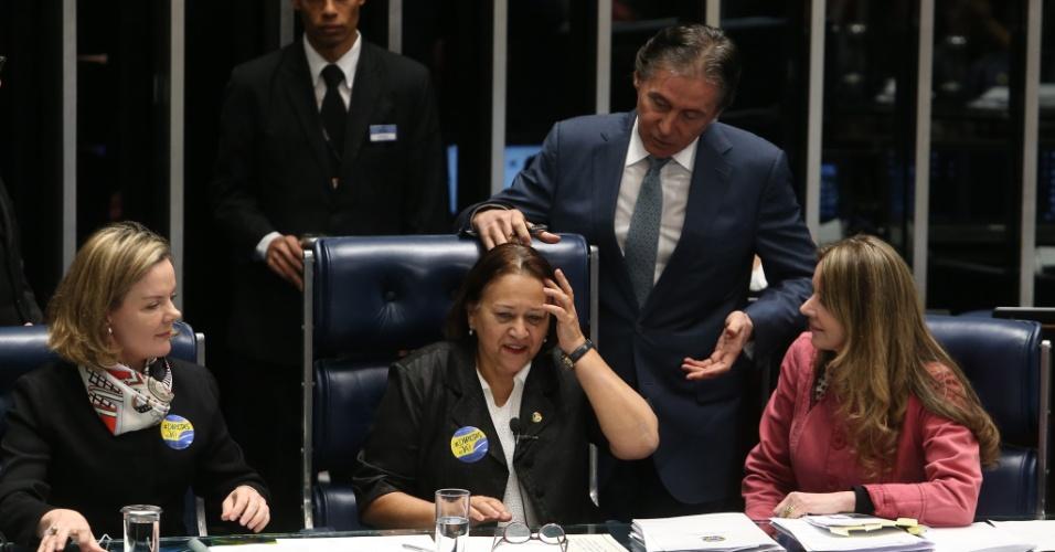 11.jul.2017 - O presidente do Senado, Eunício Oliveira (PMDB-CE), suspendeu a sessão de votação da reforma trabalhista depois de as senadoras Gleisi Hoffmann (PT-PR), Fátima Bezerra (PT-RN) e Vanessa Grazziotin (PCdoB-AM) terem ocupado a mesa do plenário