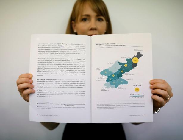 Sarah Son, diretora de pesquisa do TJWG, exibe página do relatório com mapa com locais de mortes suspeitas na Coreia do Norte