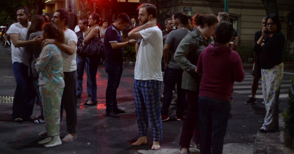 8.set.2017 - Moradores se aglomeram na rua no centro da Cidade do México, durante terremoto, na quinta-feira (7)