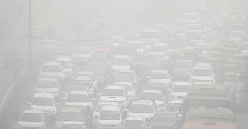 8.nov.2017 - Avenida de Nova Déli fica coberta por névoa de ar poluído. Os medidores espalhados pela cidade mostravam níveis perigosos de partículas ultrafinas (PM2,5), entre 400 e 700 microgramas por metro cúbico (ug/m3). A OMS (Organização Mundial da Saúde ) recomenda não superar 25 ug/m3 de média em 24 horas