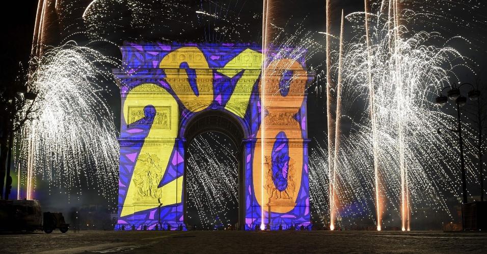 Imagens são projetadas no Arco do Triunfo