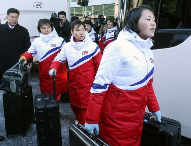 Jogadoras norte-coreanas de hockey sobre gelo que participarão em fevereiro nos Jogos Olímpicos de Inverno chegaram nesta quinta-feira à Coreia do Sul  - Stringer/Reuters