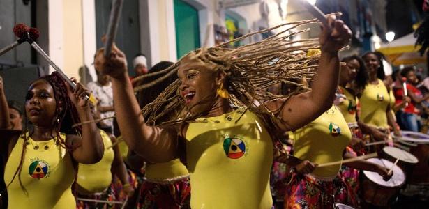 16.jan.2018 - Larissa Gabriele Rogerio (esquerda) e Viviam Caroline no meio de uma performance da Banda Didá em Salvador, Bahia