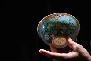 Tigela rara de porcelana chinesa vai a leilão por mais de US$ 25 milhões (Foto: Anthony Wallace/AFP)