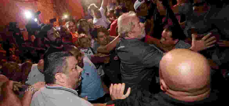 Ex-presidente Luiz Inácio Lula da Silva deixa o Sindicato dos Metalúrgicos do ABC para se apresentar à Polícia Federal - Leonardo Benassatto/Reuters