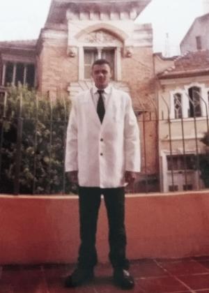 Foto de arquivo mostra Adélio em frente à Igreja da Fé, em São Paulo, em 1999. Na ocasião, ele foi consagrado evangelista
