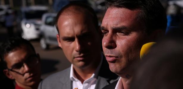 Os irmãos Flávio (à dir.) e Eduardo Bolsonaro se elegeram neste domingo