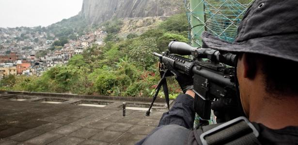 20.ago.2012 - Atirador de elite em operação na favela da Rocinha