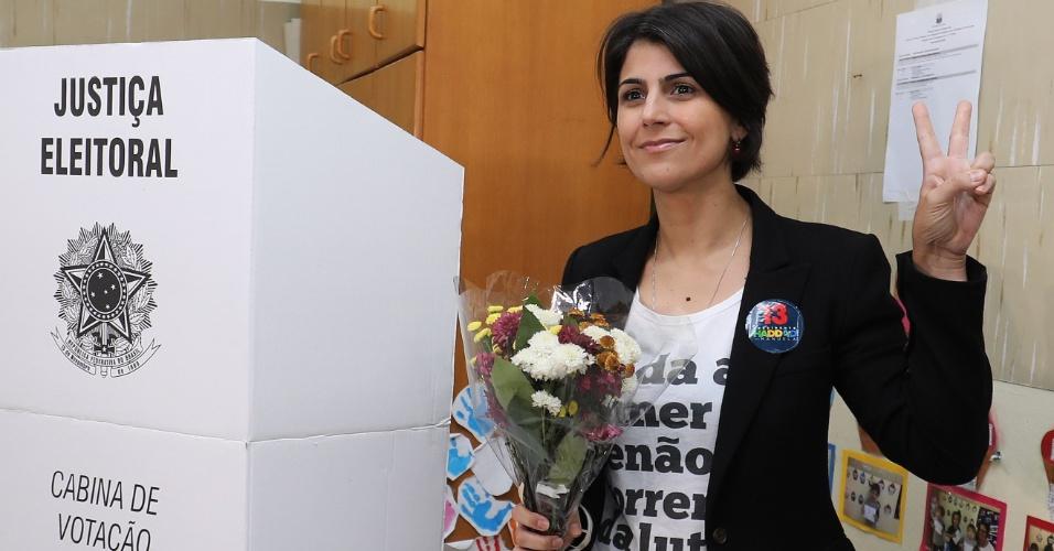 28.out.2018 - A candidata a vice-presidente Manuela D'Avila (PCdoB), pela chapa de Fernando Haddad (PT) vota em Porto Alegre, no Rio Grande do Sul