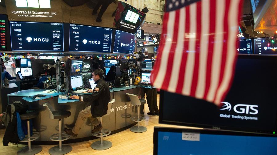 Operadores trabalham na Bolsa de Nova York - Bryan R. Smith/AFP