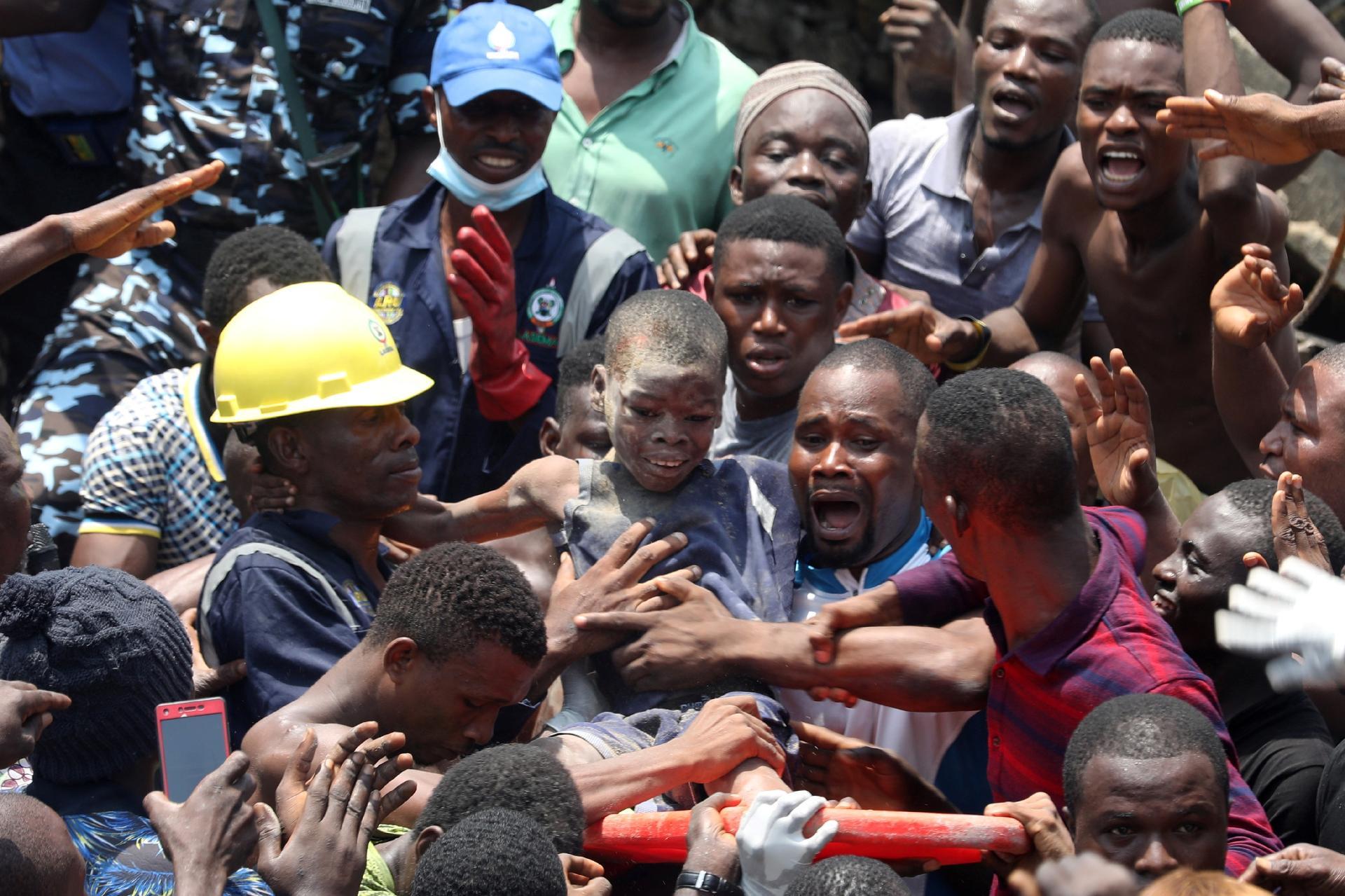 Resultado de imagem para Mais de 100 crianças ficam soterradas após desabamento de escola na Nigéria... - Veja mais em https://noticias.uol.com.br/internacional/ultimas-noticias/2019/03/13/mais-de-100-criancas-ficam-soterradas-apos-desabamento-de-escola-na-nigeria.htm?utm_source=facebook&utm_medium=social-media&utm_campaign=uol&utm_content=geral&cmpid=copiaecola