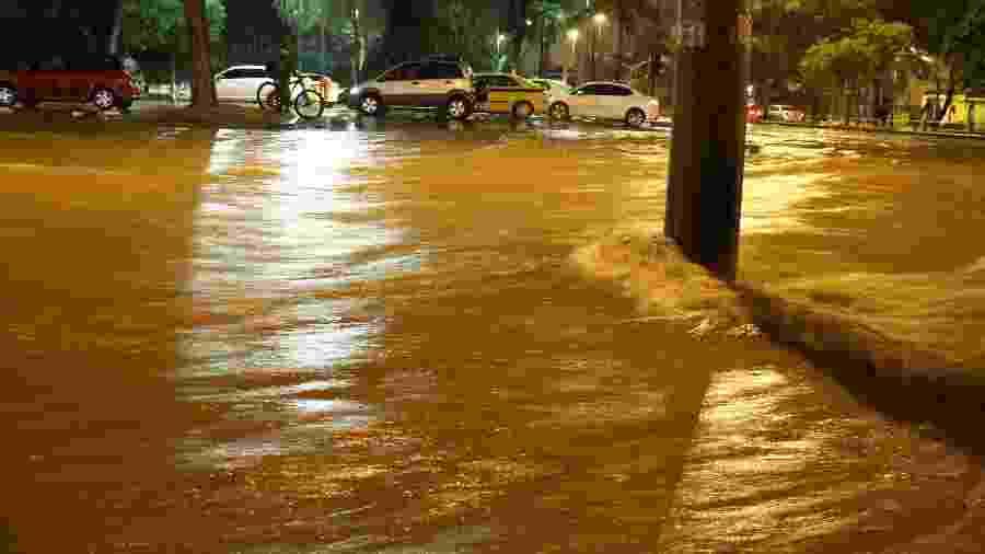 Uma forte chuva que caiu na cidade do Rio de Janeiro no início da noite desta segunda-feira, 8, deixou vias completamente inundadas. como na Avenida Maracanã, esquina com Rua Eurico Rabelo - ELDIO SUZANO/ESTADÃO CONTEÚDO