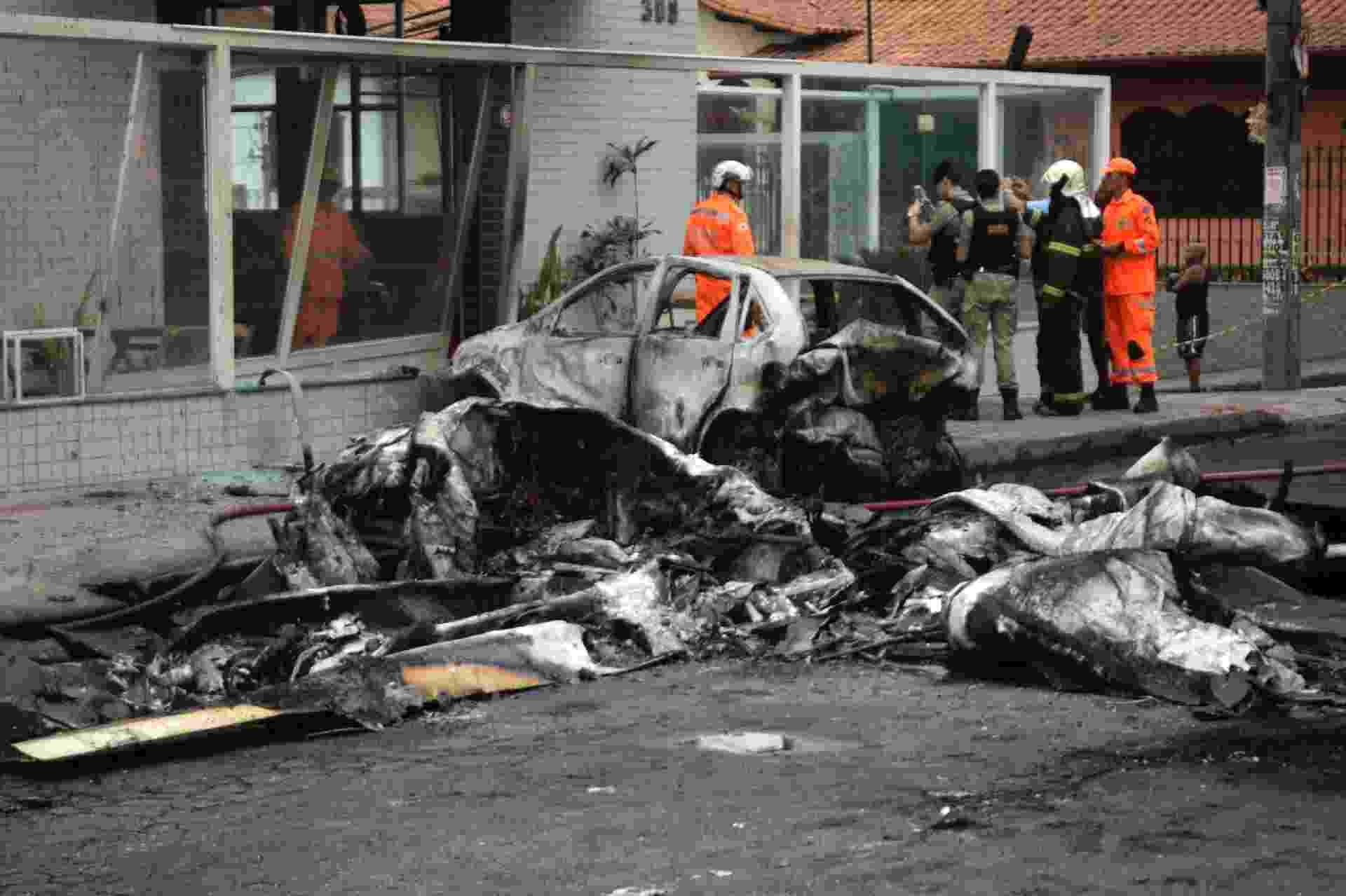 21.out.2019 - Um avião de pequeno porte com quatro pessoas a bordo caiu, na manhã de hoje, na rua Minerva, em Belo Horizonte (MG). O acidente atingiu veículos e deixou três pessoas mortas e outras três feridas - incluindo o piloto, que foi encaminhado a um hospital.  - ALEX DE JESUS/O TEMPO/ESTADÃO CONTEÚDO