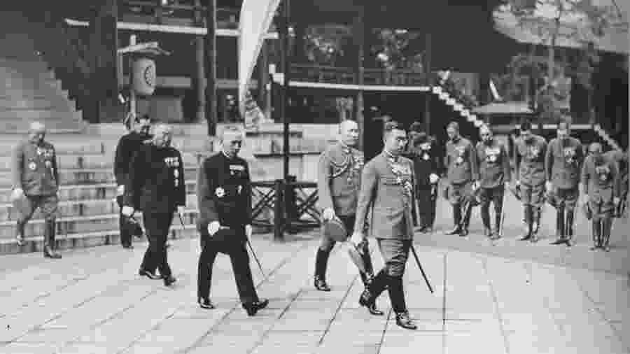 O imperador Hirohito em visita feita em 1935 ao santuário xintoísta Yasukuni (Tóquio), que honra soldados japoneses mortos em guerra - BBC