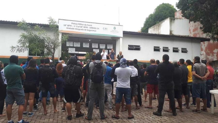 PMs amotinados e familiares no 18° BPM do bairro Antonio Bezerra, em Fortaleza, durante greve em 2020 - Maristela Crispim/Folhapress