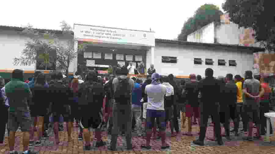 PMs amotinados e familiares no 18° BPM do bairro Antonio Bezerra, em Fortaleza, uma das unidades com concentração de PMs em motim essa semana no Ceará - Maristela Crispim/Folhapress