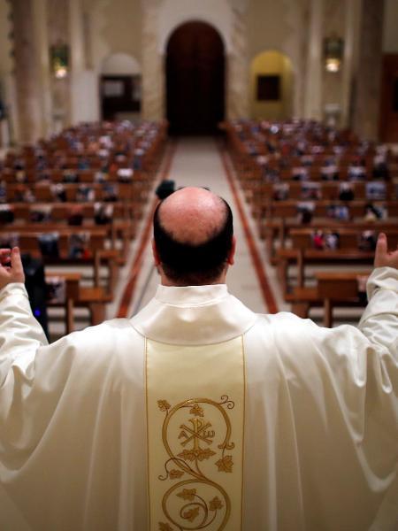 O padre Don Giancarlo Ruggieri gesticula enquanto transmite uma missa do domingo de Páscoa de uma igreja vazia na Itália - ALESSANDRO GAROFALO/REUTERS