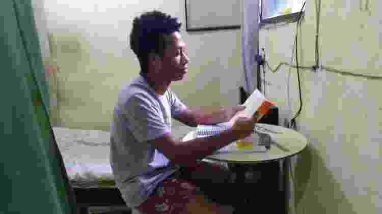 A falta de um computador faz com que Pablo Saldanha, 18, tenha dificuldades para seguir estudando. Mesmo assim, ele conseguiu ser solidário com os colegas de turma - Gabriel Sabóia/UOL - Gabriel Sabóia/UOL