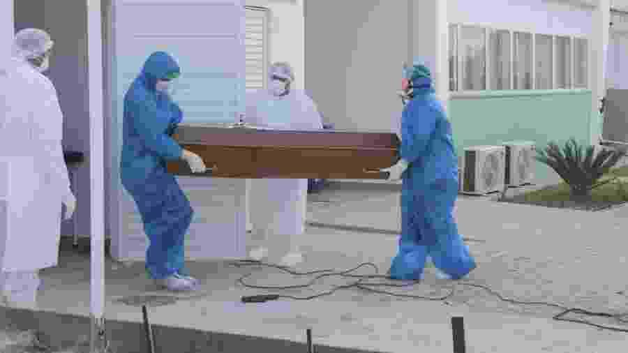 Agentes funerários fazem traslado de corpo em Manaus - Pablo Trindade/Agif/Estadão Conteúdo